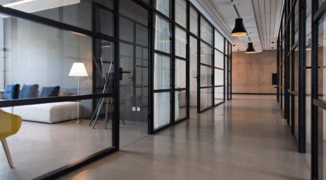 Czy biuro z zabudowy szklanej tłumi dźwięki?